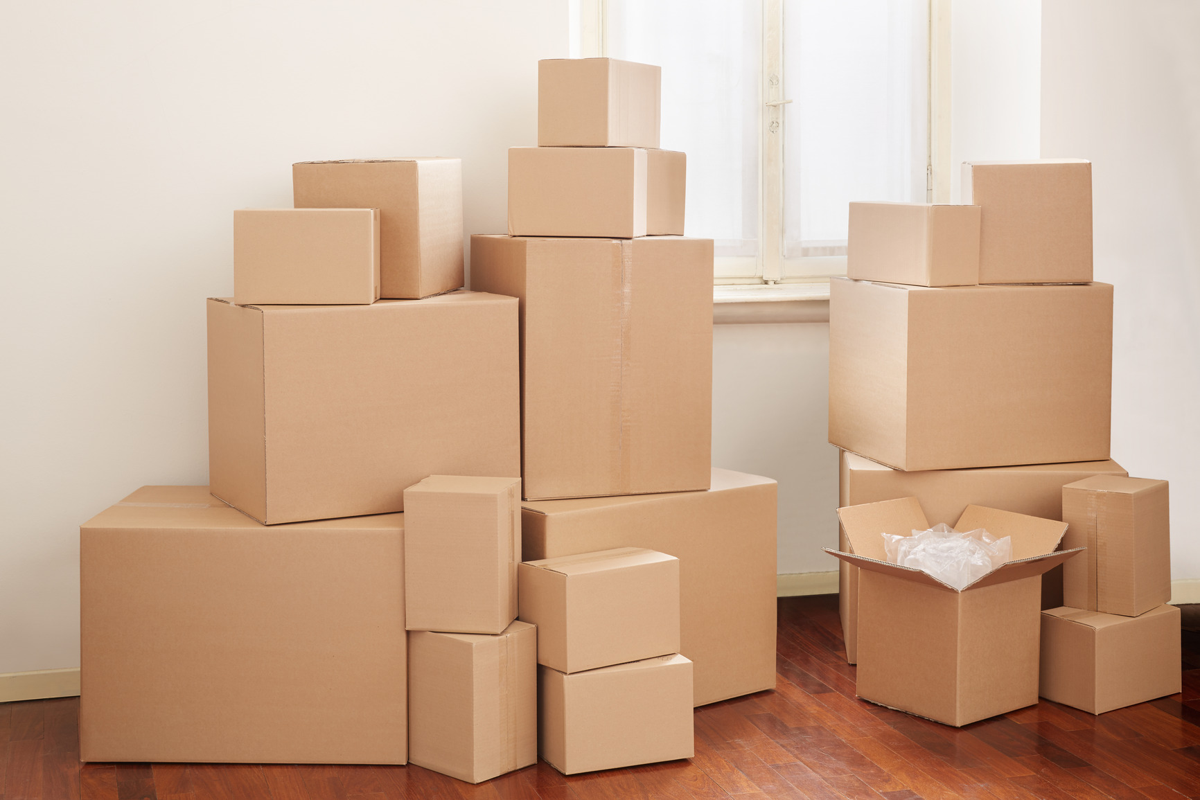 photodune-10015454-cardboard-boxes-in-apartment-moving-day-m